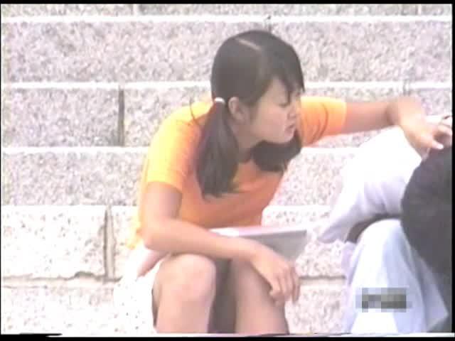 【パンチラ】川沿いで座ってる素人娘のデルタゾーンを隠し撮りwww【盗...